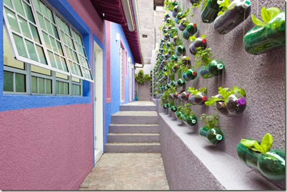Crea un jard n vertical con botellas de pet conciencia eco for Muros verdes para interiores