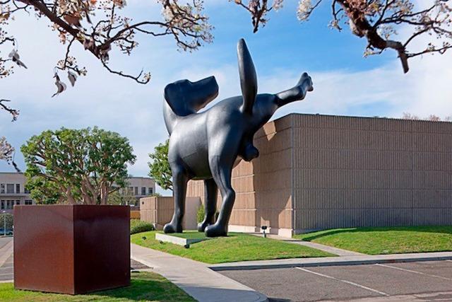 escultura_perro_meando